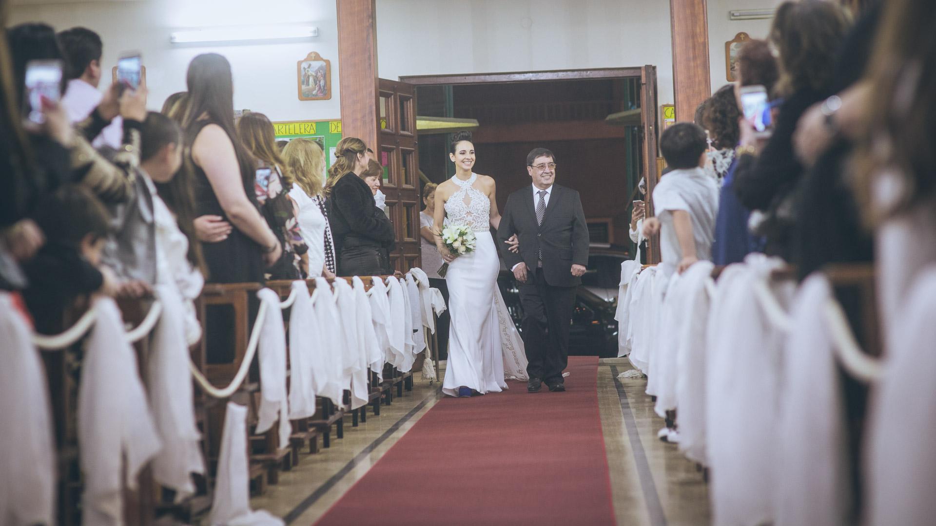 Novia entrando a la Iglesia San Roque en Bahía Blanca