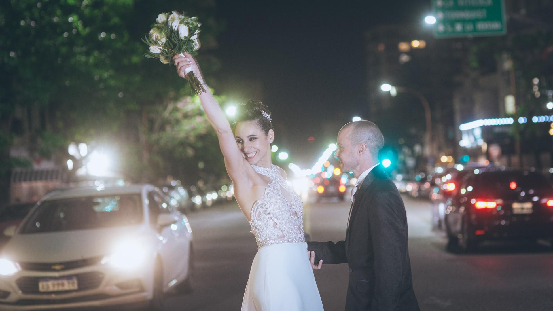 sesion de fotos de boda, los novios en avenida alem