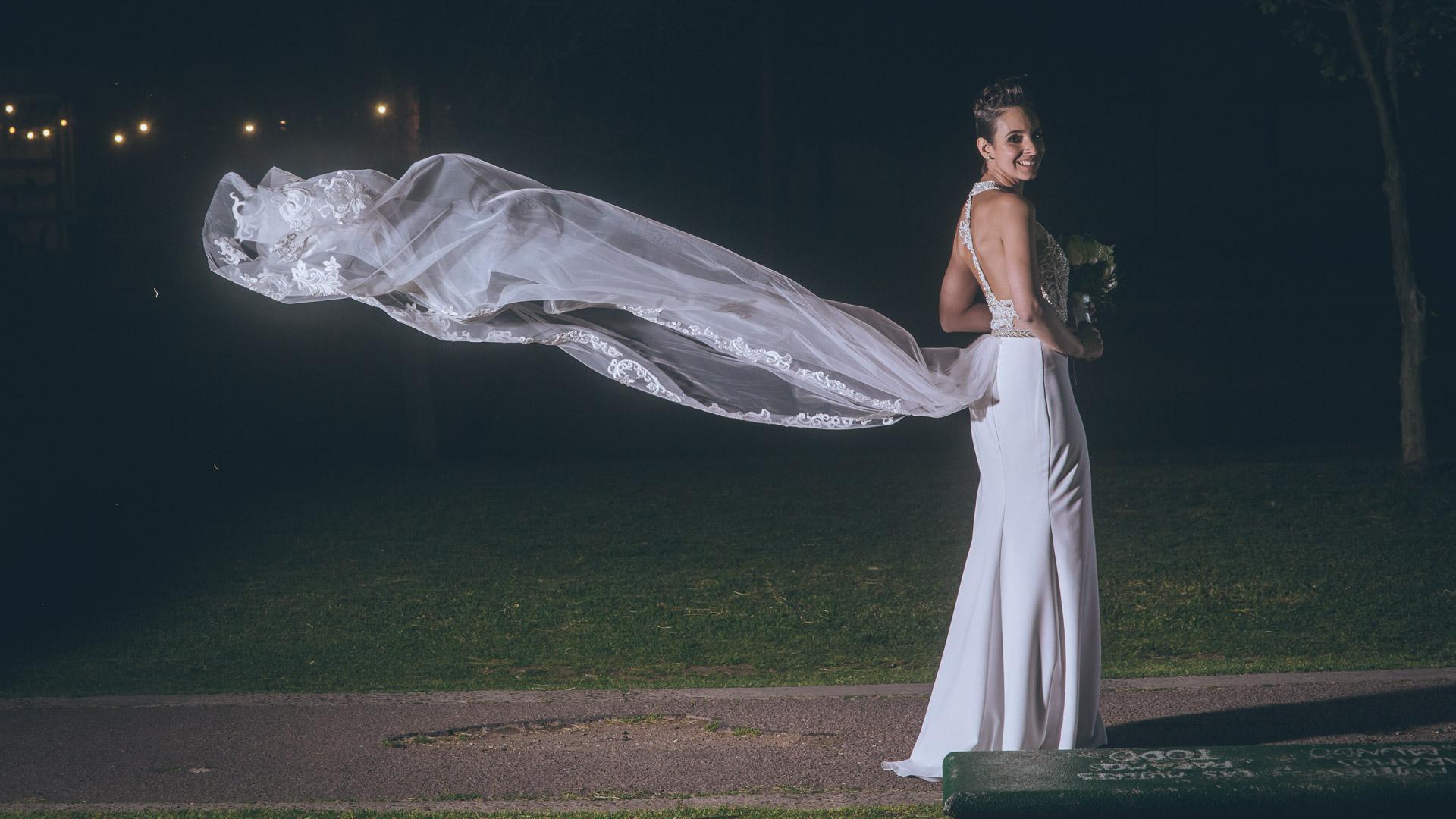 Vestido de novia de Marcela Colos volando al viento